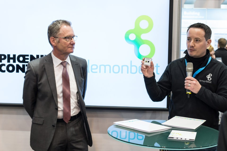 Roland Bent (l), CTO of Phoenix Contact and Oliver van der Mond, CEO of Lemonbeat announce their cooperation at the E-World 2017 in Essen. Foto: Dennis Knake/Lemonbeat