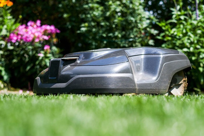 Mowing robots and the environment: use them wisely